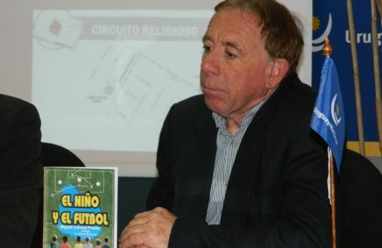 Escritor Miguel Cónsul y su libro